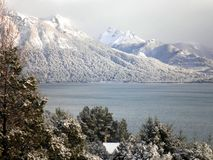 Montagne di Snowy con il lago Fotografia Stock Libera da Diritti