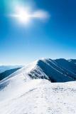 Montagne di Snowy con il sole Fotografia Stock
