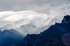 Montagne di Snowy con le nuvole Immagine Stock