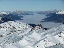 Montagne di Snowy con una valle nebbiosa Fotografie Stock Libere da Diritti
