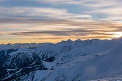 Montagne di Snowy durante il tramonto nel ragazzo di Serfaus Fiss della stazione sciistica Fotografia Stock