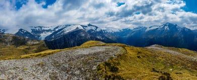 Montagne di Snowy e nuvole bianche fotografia stock