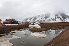 Montagne di Snowy e stazione meteorologica in Ny Alesund, Svalba fotografia stock