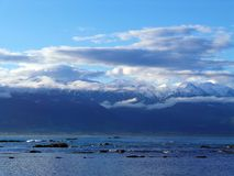 Montagne di Snowy ed il mare Immagini Stock Libere da Diritti