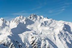 Montagne di Snowy nelle alpi austriache con cielo blu Fotografia Stock Libera da Diritti