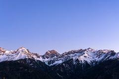 Montagne di Snowy nelle alpi austriache nell'inverno Immagine Stock