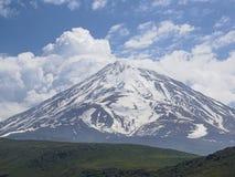 Montagne di Snowy in primavera fotografia stock