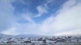 Montagne di Snowy sul modo a Dundee Scozia Fotografie Stock Libere da Diritti