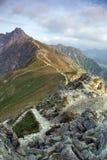 Montagne di Tatra con un passaggio pedonale sulla cresta Immagini Stock
