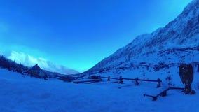 Montagne di Tatras del riparo della montagna alte in tavole di legno di inverno nel prato video d archivio