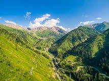 Montagne di verde di immagine del fuco con cielo blu e le nuvole bianche Immagini Stock Libere da Diritti