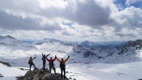 montagne difficili da raggiungere e riusciti alpinisti Fotografie Stock Libere da Diritti