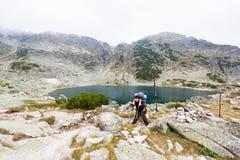 Montagne diritte del lago man Fotografia Stock
