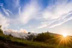 Montagne durante il tramonto Bello paesaggio naturale nell'ora legale Immagine Stock Libera da Diritti