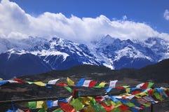Montagne e bandierine di preghiera fotografie stock