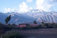 Montagne e campagna peruviane Immagine Stock