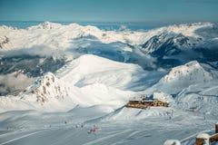 Montagne e casa di Snowy Immagini Stock
