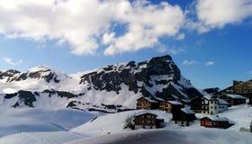 Montagne e case dell'alpe Fotografia Stock Libera da Diritti