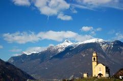 Montagne e chiesa svizzere Fotografia Stock Libera da Diritti