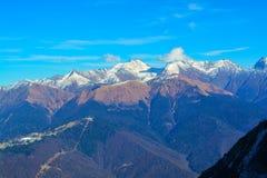 Montagne e cielo blu con le nubi fotografie stock libere da diritti