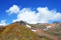 Montagne e cielo blu con le nubi Immagine Stock