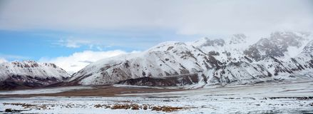 Montagne e cielo blu della neve alla strada del Xinjiang-Tibet immagini stock libere da diritti