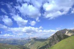Montagne e cielo dello Xinjiang selvaggio Fotografia Stock Libera da Diritti