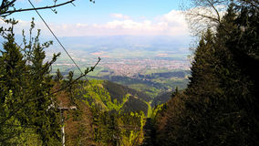 Montagne e città Fotografie Stock