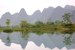 Montagne e fiume Fotografia Stock
