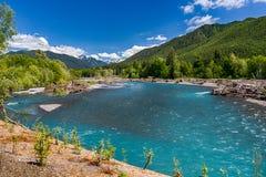 Montagne e fiume Fotografie Stock
