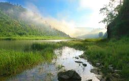 Montagne e fiume. Alba Fotografia Stock Libera da Diritti