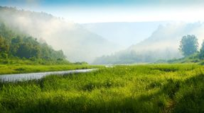 Montagne e fiume. Alba Immagine Stock Libera da Diritti