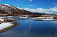 Montagne e fiume della neve Fotografie Stock Libere da Diritti