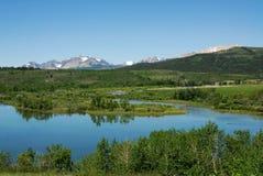 Montagne e fiume di estate Immagini Stock