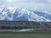 Montagne e fiume innevati Immagini Stock Libere da Diritti