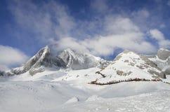Montagne e foschia della neve Immagine Stock
