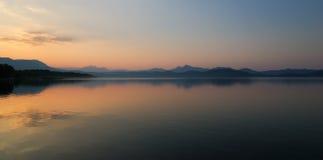 Montagne e lago Immagini Stock Libere da Diritti