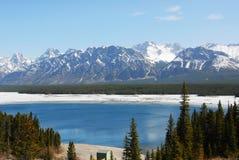 Montagne e lago della neve immagini stock libere da diritti