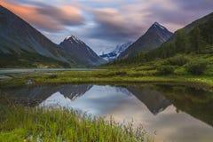 Montagne e lago di Altai Immagini Stock