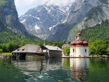 Montagne e lago Konigssee nelle alpi bavaresi vicino a Berchtesgaden, Germania Fotografia Stock Libera da Diritti