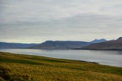 Montagne e lago nel giorno nuvoloso Fotografia Stock Libera da Diritti
