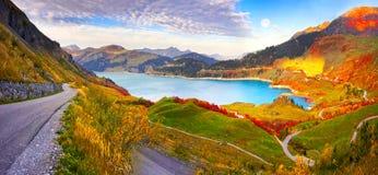 Montagne e lago Roselend con la a immagini stock