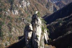 Montagne e le loro ombre sotto il cielo nella stagione di caduta fotografie stock libere da diritti
