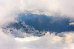 Montagne e nebbia Immagini Stock