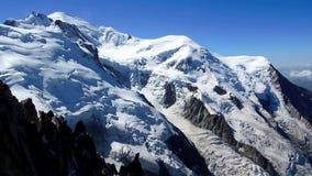 Montagne e nevi in un giorno soleggiato video d archivio