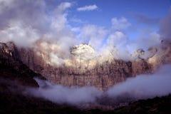 Montagne e nubi di tempesta Immagini Stock Libere da Diritti