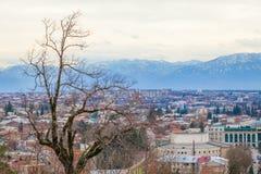 Montagne e piccolo villaggio Fotografia Stock