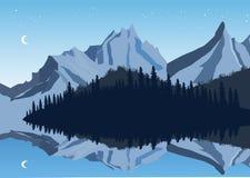 Montagne e riflessione del cielo in un lago con la foresta Immagine Stock