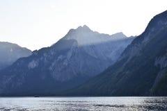 Montagne e sole sbiadirsi sul lago Königssee, Germania immagini stock