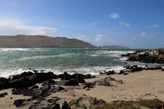 Montagne e spiaggia artificiale in Allihies, sughero ad ovest, Irlanda Fotografia Stock Libera da Diritti